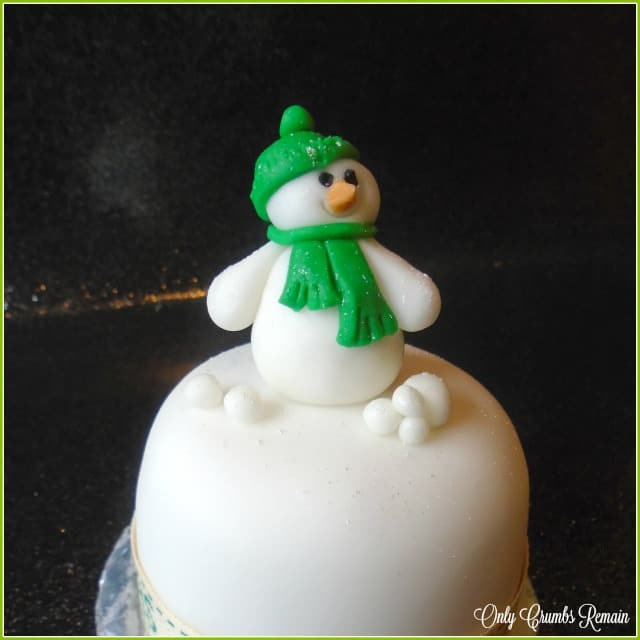 An easy to make fondant snow man.