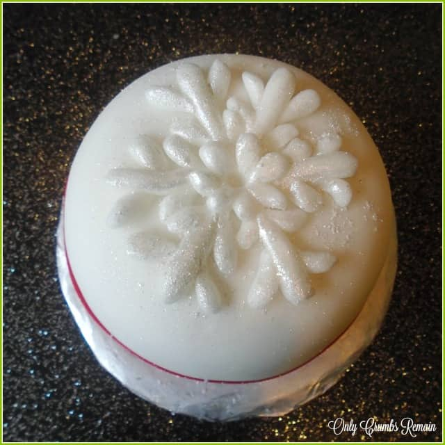 An effective snowflake, which keeps Christmas cake decorating simple.